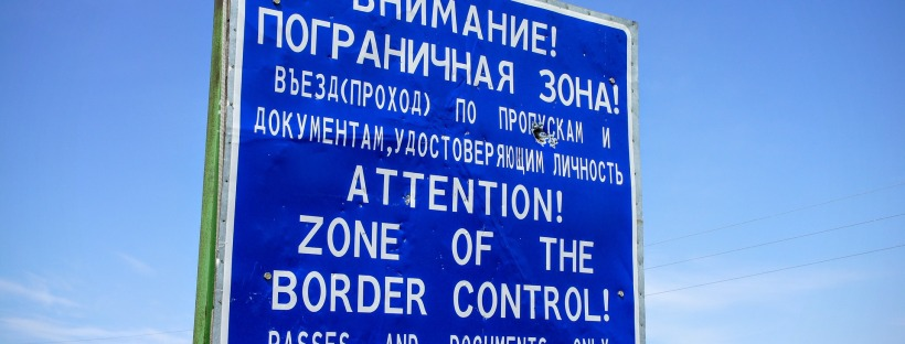 border control sign in English and Russian